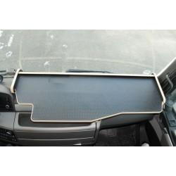 MAN TGX durchgehender LKW-Tisch Kante beige Anirutschmatte schwarz Beispielbild