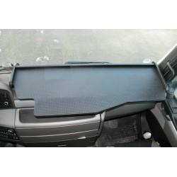 MAN TGX durchgehender LKW-Tisch Kante schwarz Anirutschmatte schwarz Beispielbild
