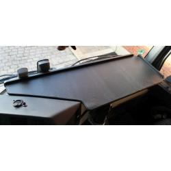 Mercedes Actros Giga Space MP4 & MP5 durchgehender LKW-Tisch Kante schwarz Anirutschmatte schwarz im Fahrerhaus montiert