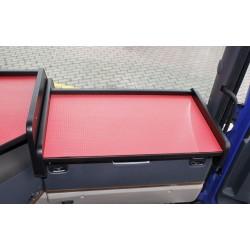 Scania G Ablagetisch Beifahrerseite Kante schwarz Anirutschmatte rot im Fahrerhaus montiert