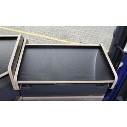 Scania G Ablagetisch Beifahrerseite Kante beige Anirutschmatte schwarz auf dem Armaturenbrett montiert