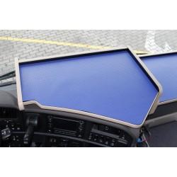 Scania R Mittelablagetisch Kante beige Anirutschmatte blau auf dem Armaturenbrett montiert