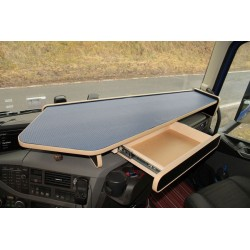 VOLVO FH4 durchgehender LKW-Tisch mit Auszug Kante beige Anirutschmatte grau im Fahrerhaus montiert