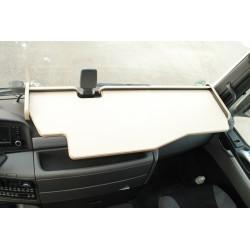 MAN TGX durchgehender LKW-Tisch mit Ausschnitt für Fahrassistent Kante biege Anirutschmatte beige Beispielbild