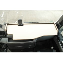MAN TGX durchgehender LKW-Tisch mit Ausschnitt für Fahrassistent Kante biege Anirutschmatte beige für Armaturenbrett