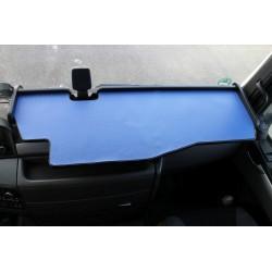 MAN TGX durchgehender LKW-Tisch mit Ausschnitt Kante schwarz Matte blau auf dem Armaturenbrett
