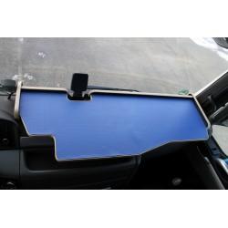 MAN TGX durchgehender LKW-Tisch mit Ausschnitt Kante beige Matte blau auf dem Armaturenbrett