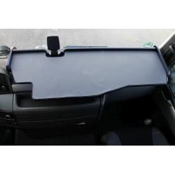MAN TGX durchgehender LKW-Tisch mit Ausschnitt Kante schwarz Matte grau im Fahrerhaus montiert