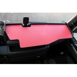 MAN TGX durchgehender LKW-Tisch mit Ausschnitt Kante schwarz Matte rot im Fahrerhaus montiert
