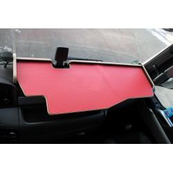 MAN TGX durchgehender LKW-Tisch mit Ausschnitt Kante beige Matte rot im Fahrerhaus montiert