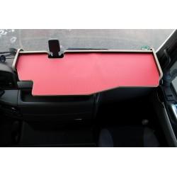 MAN TGX durchgehender LKW-Tisch mit Ausschnitt Kante beige Matte rot auf dem Armaturenbrett