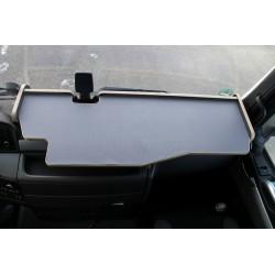 MAN TGX durchgehender LKW-Tisch mit Ausschnitt Kante beige Matte grau auf dem Armaturenbrett
