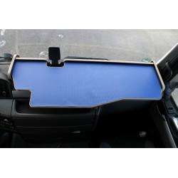 MAN TGX durchgehender LKW-Tisch mit Ausschnitt Kante beige Matte blau im Fahrerhaus montiert