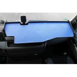 MAN TGX durchgehender LKW-Tisch mit Ausschnitt Kante schwarz Matte blau im Fahrerhaus montiert