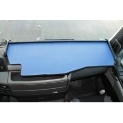 MAN TGS durchgehender LKW-Tisch Kante schwarz Antirutschmatte blau montiert