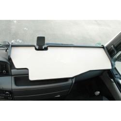 MAN TGS durchgehender LKW-Tisch mit Ausschnitt für Fahrassistent Kante schwarz Antirutschmatte beige im Fahrerhaus montiert