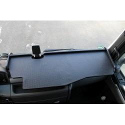 MAN TGS durchgehender LKW-Tisch mit Ausschnitt Kante schwarz Matte schwarz im Fahrerhaus montiert