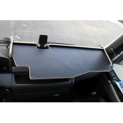 MAN TGS durchgehender LKW-Tisch mit Ausschnitt Kante beige Matte schwarz im Fahrerhaus montiert